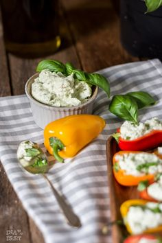 Snack-Paprika mit Basilikum-Fetacreme Stuffed Snack Peppers with basil feta cream
