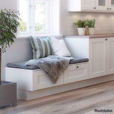 Instagram media by husebykjokken - Huseby Agil kjøkkenmodell Tellus. En liten sitteplass av lave benkeskap kan kanskje være noe å tenke på når man planlegger kjøkkenet.