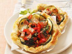 Mini-Quiche aus Blätterteig mit Zucchini, Spinat und Mozzarella - smarter - Zeit: 40 Min. | eatsmarter.de