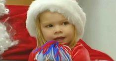 O fetiţă stă pe genunchiul lui Moş Crăciun, apoi spune câteva cuvinte care i-au făcut pe toţi să izbucnească în lacrimi