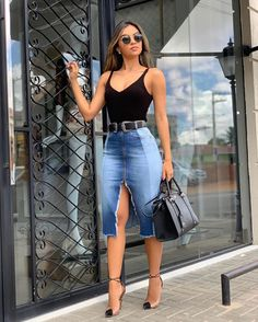 Saia midi jeans, body preto e scarpin. Source by casual Denim Fashion, Look Fashion, Fashion Design, Mode Outfits, Skirt Outfits, Classy Outfits, Stylish Outfits, Vetement Fashion, Jeans Rock