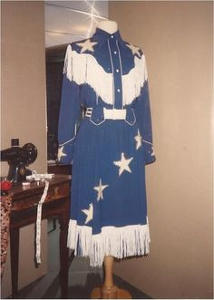 Patsy's cowgirl outfit/ Maybe pattern for one of Annie's show costumes but with constellations instead of the big stars Cowgirl Dresses, Cowgirl Outfits, Cowgirl Style, Western Outfits, Vintage Western Wear, Vintage Cowgirl, Vintage Outfits, Vintage Fashion, Westerns