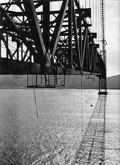 Lisboa e Almada ficaram mais próximas em agosto de 1966, quando a agora chamada Ponte 25 de Abril nasceu no alto dos seus 70 metros acima do rio Tejo. Veja imagens raras dos tempos da construção.
