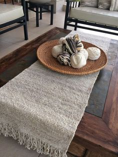 CAMINOS DE MESA                                                                                                                                                                                 Más Rope Rug, Project Table, Burlap Table Runners, Boho Home, Weaving Projects, Recycled Furniture, Loom Weaving, Decorating On A Budget, Creations
