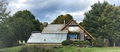 This couple lives in a house that produces food all year round HOUSE-ECOLO Luc Muyldermans adapted the earthship model to the Canadian climate and integrated a greenhouse with a kitchen garden This house is full of green ideas to live better Triangle House, Round Building, Garden Online, A Frame House, Architectural Section, Earthship, Round House, Permaculture, Little Houses