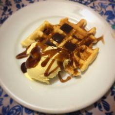 Waffles com sorvete e calda de whisky! Tem receita no nosso canal no youtube! #waffles