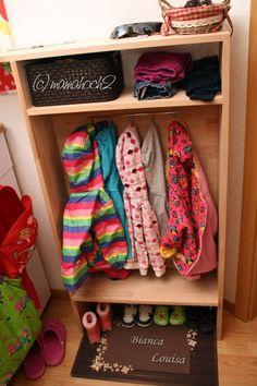 9 tips for a bit of Montessori in the nursery Kindergarderobe 9 tips for a bit of Montessori in the Wardrobe Storage, Shoe Storage, Diy Storage, Storage Racks, Diy Shoe Rack, Shoe Racks, Diy Rangement, Playroom Storage, Desk Calendars