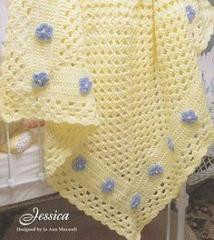 Adorable Baby Crochet couverture Pattern, Easy One Large Granny Square embellished with flowers - so sweet! Baby Afghan Crochet Patterns, Crochet Squares, Crochet Granny, Baby Blanket Crochet, Crochet Stitches, Knit Crochet, Crochet Blankets, Baby Afghans, Baby Blankets