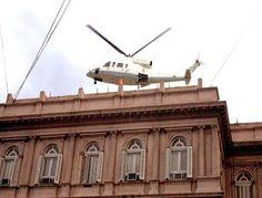El día 20 de diciembre del 2001 De La Rua renunció a su cargo de Presidente dejando la casa Rosada en un helicóptero. #crisis #saqueos #corralito