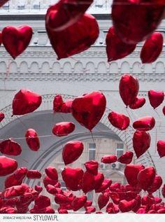 scene couples couloir, ballons qui tombent du ciel