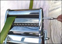 Pastamaskine til at lave net. Her flad men måske dunhammer? Flax Weaving, Paper Weaving, Basket Weaving, Flax Flowers, Dried Flowers, Leaf Crafts, Flower Crafts, Christmas Poems, Home Garden Design