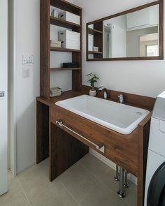 ルポハウス一級建築士事務所さんはInstagramを利用しています:「・ ・ ・ 華やかな存在感のアートタイル。 ・ 木目やアイアンとの相性もぴったりの造作洗面台です。 ・ ・ ・ 𓐌𓐌𓐌𓐌𓐌𓐌𓐌𓐌𓐌𓐌𓐌𓐌𓐌𓐌𓐌𓐌𓐌𓐌 ルポハウスの施工事例はこちらまで☞ @reposhouse 𓐌𓐌𓐌𓐌𓐌𓐌𓐌𓐌𓐌𓐌𓐌𓐌𓐌𓐌𓐌𓐌𓐌𓐌 #ルポハウス…」 Wash Stand, Natural Interior, Foyer Design, Tiny House Plans, Washroom, Corner Bathtub, Powder Room, Home Interior Design, Small Bathroom