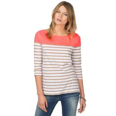 Eye-catching top with unicoloured shoulders and stripes from the chest down. 3/4 sleeves, straight bottom hem. Flattering, straight fit, crafted from soft organic slub cotton