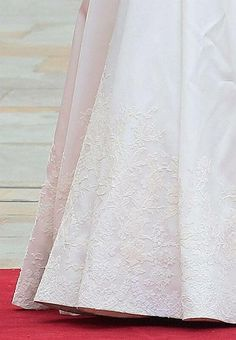 Le décolleté de la robe de mariée de Kate tout en dentelle a été réalisé par des ateliers français, la manufacture Sophie Hallette, fondée en 1887 à Caudry dans le Nord.  Sarah Burton, directrice de la maison Alexander McQueen, et réalisatrice de la robe de mariée de Kate a choisi la France pour concevoir les dentelles de la robe de mariée.