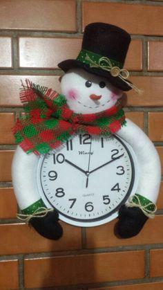 Boneco de neve de feltro - Cheias de Graça All Things Christmas, Christmas Wreaths, Christmas Crafts, Xmas, Christmas Ornaments, Snowman Wreath, Diy Wreath, Felt Christmas Decorations, Holiday Decor