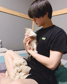 Sanha with a kitten. Can it get any better? Park Jin Woo, Nct, Park Hyung Shik, Astro Wallpaper, Astro Fandom Name, K Pop Star, Cha Eun Woo, Sanha, Kpop Fanart