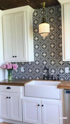 Black And White Backsplash, White Kitchen Backsplash, Kitchen Redo, Kitchen Remodel, Kitchen Design, Tiles For Kitchen, Kitchen Backsplash Inspiration, Kitchen Backplash, Patterned Kitchen Tiles
