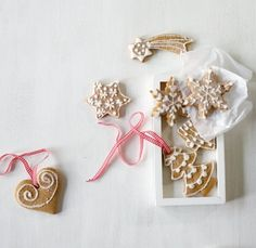 Doppelter Weihnachts-Deko-Effekt: Nebeneinander an einer Schnur aufgehängt machen sich die Ingwer-Lebkuchen-Kunstwerke richtig gut.