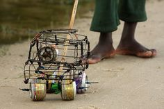 Where there's no Toys R Us, kids get creative! Homemade toy car in Mozambique :) African Culture, African Art, Childlike Faith, Moving To The Uk, African Children, Out Of Africa, My Heritage, Wire Art, Continents