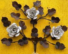 Gosto muito desses quadros com flores de metal. E por que não fazer com flores de alumínio? Fica muito parecido!!!   Vejam que trabalhos ma...