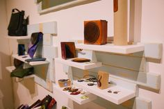 Diseño de tienda a medida, diseño de tienda de artesanía, diseño original de locales, obra y diseño de tienda de artesania Desk, Shelves, Furniture, Home Decor, Store Design, Atelier, Interiors, Totes, Shelving