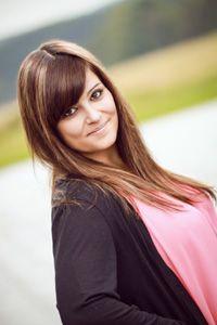 Julia, unsere Spezialistin für Ihre Wimpern und Füße. Sie ist Wimpernstylistin und kosmetische Fußpflegerin. Julia ist in folgenden Bereichen professionell ausgebildet: Maniküre, Pediküre, Gesichtsbehandlung, Wimpernverlängerung, Sugaring, Dauerhafte Haarentfernung (IPL)