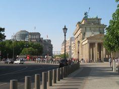 Drie markante objecten in het centrum van Berlijn: Links de Rijksdag, rechts de Brandenburger Tor de paaltjes door het midden markeren de loop van de Berlijnse Muur.