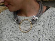 Collar corto con cordon de 10mm, aro dorado, strass rosa pastel