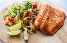 Nå om sommeren er det deilig med noen lette måltider av og til. Jeg synes det er godt med en frisk salat med fisk til. Denne mangosalaten lager du raskt og passer godt til både fisk og kylling. Dre… Frisk, Toast, Baking, Breakfast, Food, Binder, Morning Coffee, Bakken, Eten