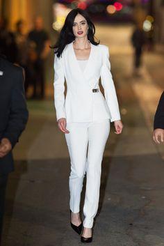"""La protagonista de la serie """"Jessica Jones"""" domina como pocas el arte de la feminidad en cada look. ¿Cuál es tu favorito?"""