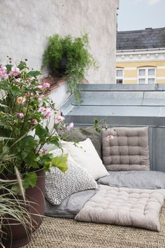 Un coin lecture outdoor House Doctor, Outdoor Spaces, Outdoor Living, Outdoor Decor, Cozy Living Spaces, Muuto, Lounge, Hall Design, Banquette