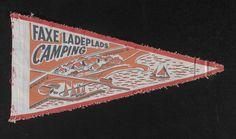 En ældre vimpel fra campingpladsen ved Faxe Ladeplads, hvor ingen campingvogn endnu har fundet plads på billedet - kun telte.