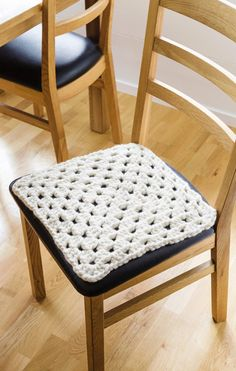 Virkattu tuolinpäällinen Floor Chair, Dining Chairs, Throw Pillows, Flooring, Rugs, Crafts, Furniture, Home Decor, Dining Chair