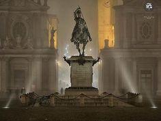 presenta  Piazza San Carlo vista da @alessandrogiannese La più bella di Torino già piazza d'armi e del mercato conserva l'aspetto seicentesco di armoniosa uniformità conferitole dall'architetto regio Carlo di Castellamonte (1642-1650). Al centro si erge il monumento equestre di Emanule Filiberto rappresentato da Carlo Marocchetti (1838) nell'atto di ringuainare la spada dopo la battaglia di San Quintino del 1557 una delle statue più significative del primo ottocento (soprannominata El Caval…
