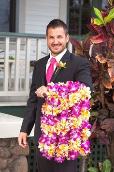 Can't forget the leis for your hawaiian wedding day! {@meewmeewstudios}