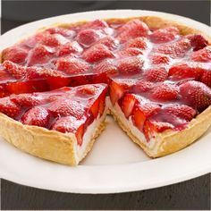 """Erdbeerkuchen mit Quark – Rezept Strawberry cake with cottage cheese – """"Strawberry cake with cottage cheese is a tasty alternative to the high-calorie version with cream. In the recipe we show you step by step how to succeed. Strawberry Cream Cheese Pie, Strawberries And Cream, Strawberry Tart, Quark Recipes, Cooking Recipes, Healthy Recipes, Delicious Desserts, Dessert Recipes, Yummy Food"""