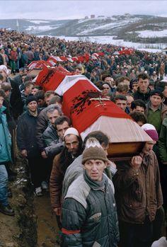 Mass funeral in Kosovo, 1998. (Photo: Alexandra Boulat)