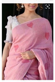This baby pink colour linen saree with printed heart is amazing and looks beautiful. Indian linen sarees are most preferred during summers due to their aesthetic appeal and comfort factor. Saree Blouse Neck Designs, Fancy Blouse Designs, Sari Bluse, Modern Saree, Stylish Blouse Design, Designer Blouse Patterns, Sleeve Designs, Up Girl, Chiffon