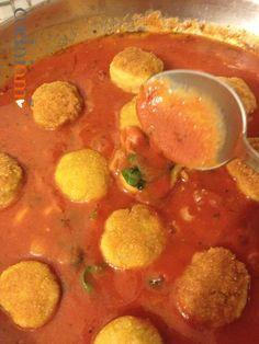 Polpette di pollo fritte e poi cotte nel sugo di pomodoro e basilico