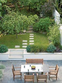 petit jardin moderne entre une terrasse et un verger