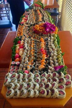 Morg I am making this for your birthday ! Not really - but I will take you to Sushi Buffet ! I Love Food, Good Food, Yummy Food, Sushi Boat, Sushi Sushi, Sushi Rolls, Sushi Party, Cuisine Diverse, Sushi Recipes