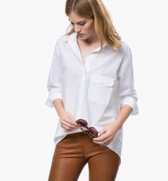 CAMISA BLANCA BOLSILLO  Camisa larga, confeccionada en una delicada mezcla de lino y algodón, con corte oversize, cuello clásico, cierre frontal mediante botones ocultos, un bolsillo de parche con solapa abotonada, manga larga, puños con cierre de un botón y bajos ligeramente redondeados.  #MassimoDutti #ropa #moda #fashion #camisa  Ref. 5162/914