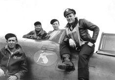 A Bomber Jacket e a Flight Jacket são jaquetas diferentes que ao longo do tempo acabaram sendo chamadas pelo mesmo nome. Surgiram da necessidade de um uniforme para pilotos que, em período de guerra, acabavam enfrentando temperaturas extremas dentro de seus aviões. A Bomber, originalmente feita em couro de cabra, foi desenhada para a Segunda Guerra Mundial em 1930. Já a Flight Jacket, teve as principais versões nas décadas de 50 e 60, utilizando materiais mais funcionais. Historian, Air Force, War, Men's Wardrobe, Down Jackets, World War Two, Sport, Pilots