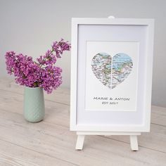 Als Hochzeitsgeschenk im Bilderrahmen kann eine Landkarte dem Brautpaar als Wegweiser für die Zukunft dienen.