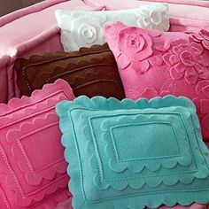 Felt Pillows ~ Link to tutorial thanks to Cupkateer. Felt Crafts, Fabric Crafts, Sewing Crafts, Sewing Projects, Diy Crafts, Felt Projects, Felt Diy, Diy Projects, Cute Pillows
