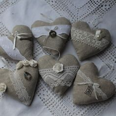 Coeur lin et lavande / dentelle ancienne au choix Burlap Crafts, Diy And Crafts, Fabric Hearts, Creation Couture, Valentines Day Decorations, Needle Felting, Creative Art, Craft Projects, Creations