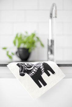 Cutest dala horse dishcloth via Trendenser. Scandinavian Kitchen, Scandinavian Interior, Scandinavian Design, Nordic Kitchen, Kitchen White, Swedish Christmas, Art Deco Pattern, Modern Art Deco, Kitchen Interior