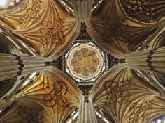 Boveda de crucería y cúpula en el techo de la catedral gótica de Salamanca.