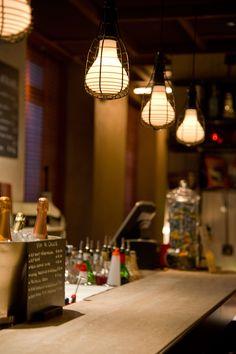 Il progetto di illuminazione ha accompagnato l'innovazione degli spazi e degli arredi di questo rinomatissimo ristorante a Milano. La luce esprime lo spirito del luogo raccontando la sua storia rinnovata dai nuovi obiettivi. È brillante, per esaltare le caratteristiche di cibi offerti, ma anche calda e familiare, per regalare intimità e comfort agli ospiti. La luce gioca un ruolo fondamentale: accoglie, accompagna, seduce, meraviglia…
