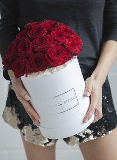 Czerwone róże w dużym białym pudełku